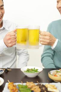 ビールで乾杯する父親と息子の手元の写真素材 [FYI02028132]