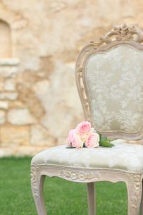 椅子の上の楽譜と小さなバラの花束の写真素材 [FYI02028147]