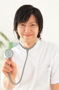 白衣を着て聴診器を持つ若い男性医師の写真素材 [FYI02028215]