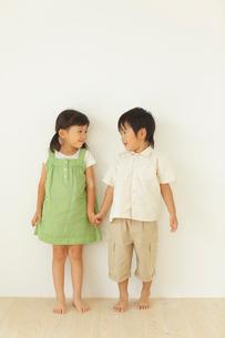 フローリングの部屋に立つ男の子と女の子の写真素材 [FYI02028262]