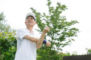 ストレッチをするスポーツウェアのシニア男性の写真素材 [FYI02028263]