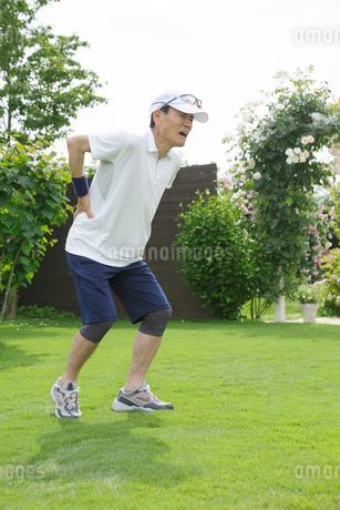 運動中に腰を痛めるシニア男性の写真素材 [FYI02028274]