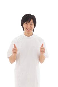 白衣を着た若いマッサージ師の写真素材 [FYI02028280]