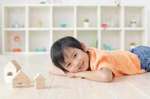 リビングで積み木遊びをする男の子の写真素材 [FYI02028304]