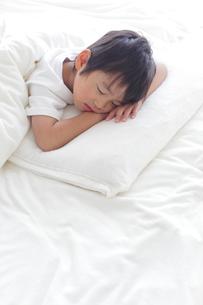 寝室で眠る男の子の写真素材 [FYI02028306]