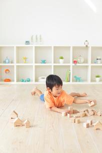 リビングで積み木遊びをする男の子の写真素材 [FYI02028310]