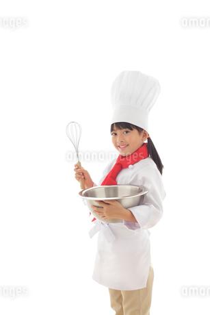 泡立て器を持つ女の子のシェフの写真素材 [FYI02028317]