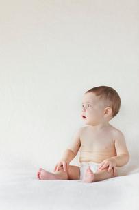 ベッドの上に座っている外国人の赤ちゃんの写真素材 [FYI02028318]