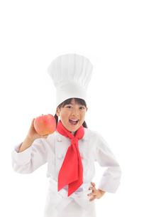 りんごを持つシェフの女の子の写真素材 [FYI02028319]