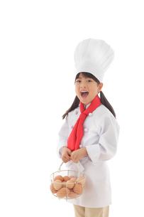卵を持つシェフの女の子の写真素材 [FYI02028320]