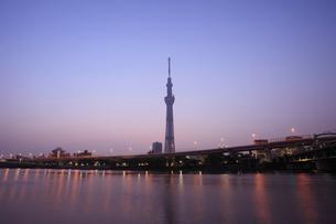 日の出前の東京スカイツリーの写真素材 [FYI02028330]