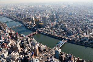 ヘリコプターから望む隅田川の写真素材 [FYI02028348]