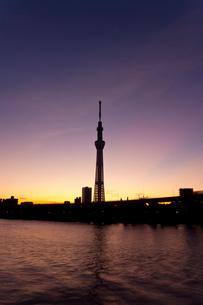 日の出前の東京スカイツリーの写真素材 [FYI02028370]