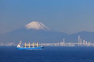 東京湾から見る横浜と富士山の写真素材 [FYI02028453]