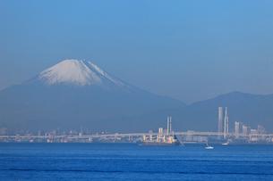 東京湾から見る横浜と富士山の写真素材 [FYI02028458]
