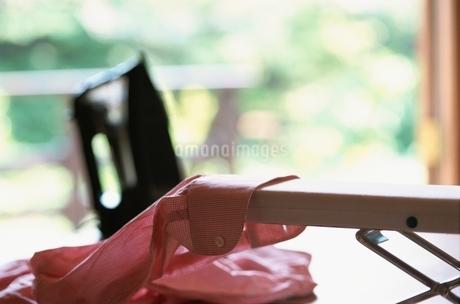 アイロン台に載せたYシャツの写真素材 [FYI02028477]