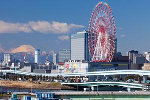 富士山とゆりかもめとお台場パレットタウン大観覧車の写真素材 [FYI02028509]