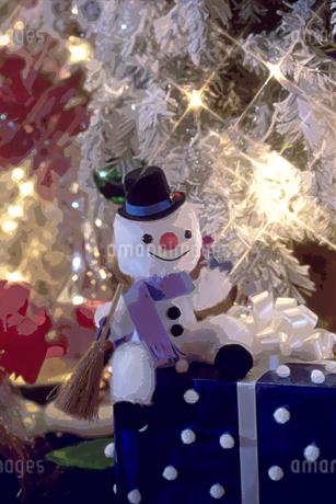 クリスマスツリーの雪だるまの人形のイラスト素材 [FYI02028522]