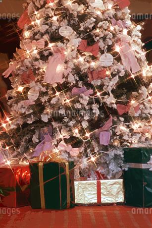 クリスマスツリーとプレゼントのイラスト素材 [FYI02028526]