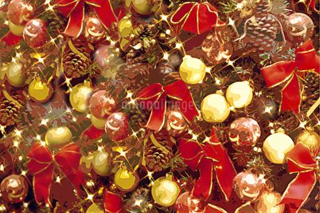 リボンとオーナメントと光 クリスマスイメージの写真素材 [FYI02028529]