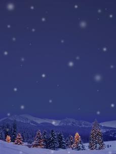 雪空と雪山のイラスト素材 [FYI02028536]