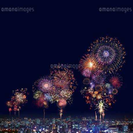 打ち上げ花火と夜景の写真素材 [FYI02028538]