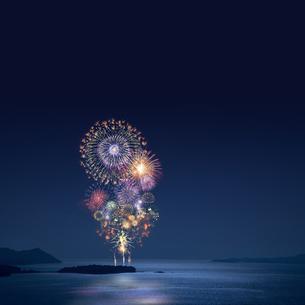 孤島の打ち上げ花火と海の写真素材 [FYI02028539]
