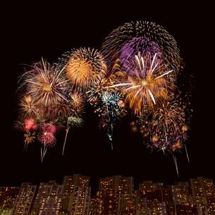 打ち上げ花火と夜景の写真素材 [FYI02028540]