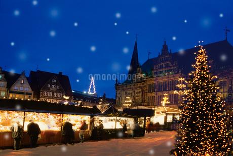 雪降るドイツのクリスマスマーケット広場の写真素材 [FYI02028541]
