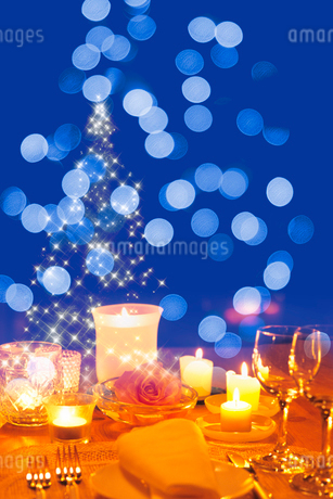 バラとキャンドルのあるテーブルの写真素材 [FYI02028545]
