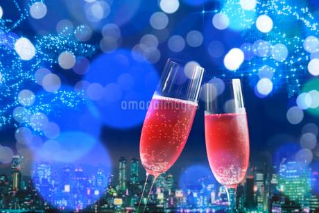 ワイングラスと夜景とイルミネーションの写真素材 [FYI02028546]