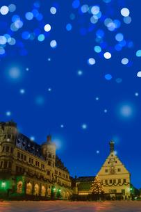 雪降るドイツの街の広場とイルミネーションの写真素材 [FYI02028550]