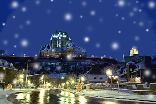 雪が降ったケベックの高台の城と街並の風景 CGのイラスト素材 [FYI02028558]