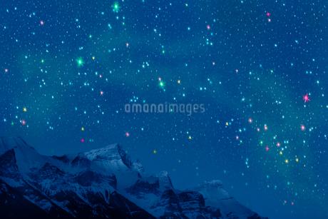 ロッキー山脈と夏の星空のイラスト素材 [FYI02028560]