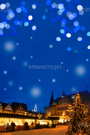 ドイツクリスマスマーケット広場とイルミネーションの写真素材 [FYI02028677]