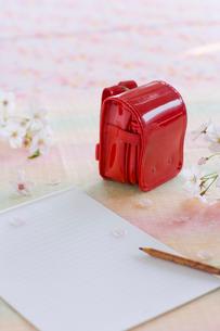 桜の花とランドセルの置物の写真素材 [FYI02028770]