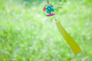 風にゆれる風鈴の写真素材 [FYI02028929]