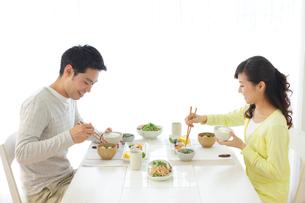 朝食を食べる新婚夫婦の写真素材 [FYI02028930]