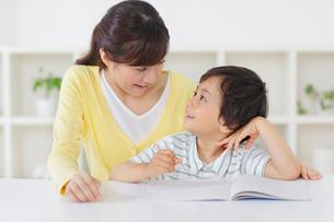 お母さんと勉強をする男の子の写真素材 [FYI02028938]
