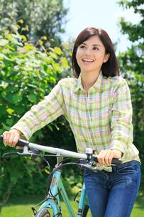 休日にサイクリングを楽しむ女性の写真素材 [FYI02028975]