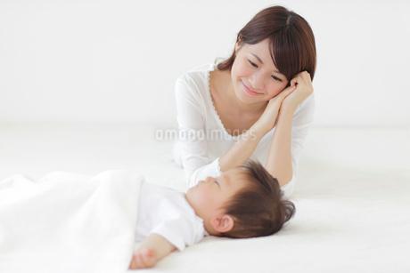 眠る赤ちゃんを見守るお母さんの写真素材 [FYI02029017]