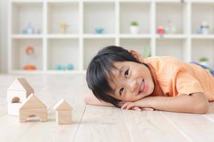 リビングで積み木遊びをする男の子の写真素材 [FYI02029039]