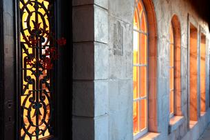 灯りのついたエントランスの扉と窓の写真素材 [FYI02029045]