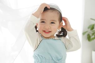 窓際で遊ぶ女の子の写真素材 [FYI02029063]