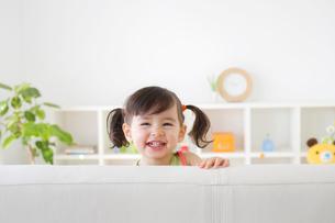 リビンングルームで遊ぶ女の子の写真素材 [FYI02029066]