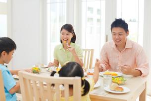 4人家族の朝の食卓の写真素材 [FYI02029070]
