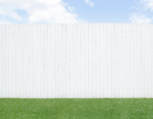 青空と白い壁と緑の芝生の写真素材 [FYI02029072]
