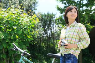 休日にサイクリングを楽しむ女性の写真素材 [FYI02029074]