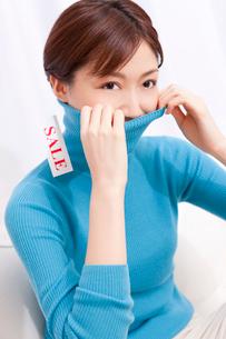 セーターを着た女性の写真素材 [FYI02029078]