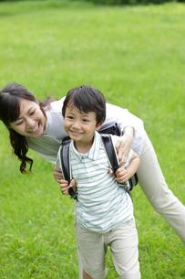 新緑の中のお母さんとランドセルの男の子の写真素材 [FYI02029081]